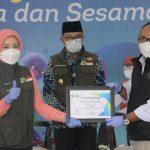 Penyerahan sumbangan untuk bencana alam di Jawa Barat